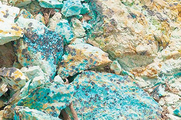 سنگ فیروزه در معدن فیروزه